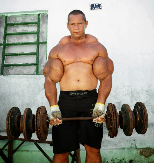 el hombre con los bíceps más voluminosos de Brasil