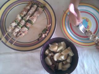 cena brochetas pollo y ensalada tomate y pepino