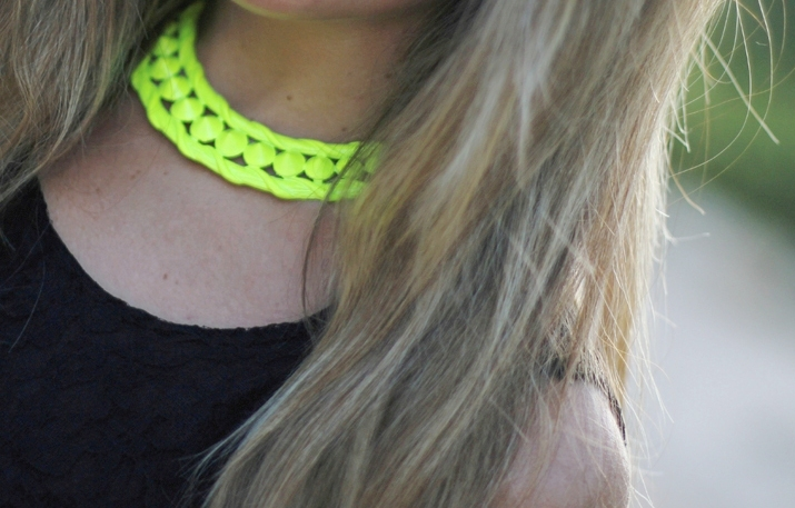 Fluo necklace with black dres