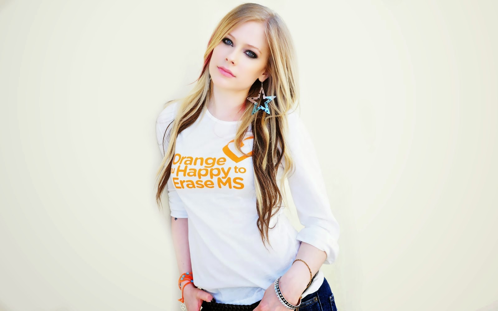 "<img src=""http://4.bp.blogspot.com/-9-MlLx503aU/U8k5dUBKNLI/AAAAAAAAL5I/qWAKrxmETRM/s1600/avril-lavigne-hd-wallpaper.jpg"" alt=""Avril Lavigne HD Wallpaper"" />"