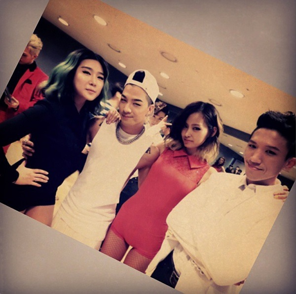 Taeyang with backup dancers on Inkigayo 130915
