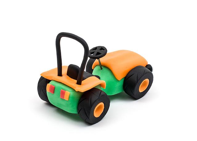 Tomo Vinkovic fondant figurine traktor iz sladkorne mase zadaj