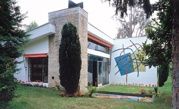 Ville d'Avray - Maison G  Architectes: Claude Parent, Ionel Schein, Gilles-Louis Bureau  Mosaïque du mur: André Bloc - Mosaïque du bassin: Maximilien Herzele  Construction: 1952-1953