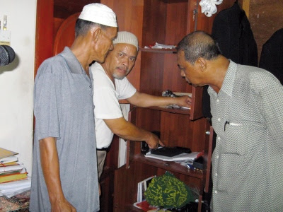 Bilal masjid menunjukkan almari yang diselongkar penjenayah.