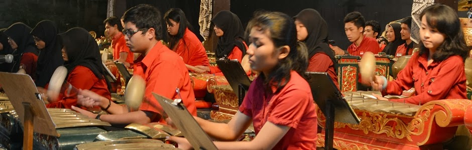 Tim Karawitan UKJGS 2013 saat Parade Gamelan 2013 di Balai Budaya Minomartani membawakan gendhing Suwe Ora Jamu dan Gugur Gunung