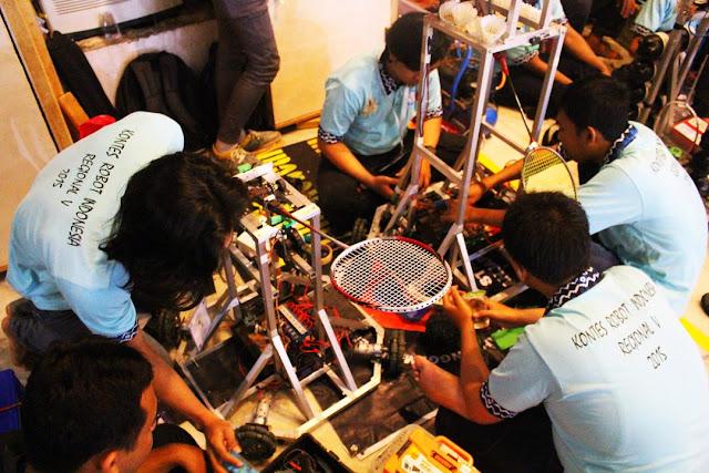 Suasana saat di pitstop kontes robot Indonesia