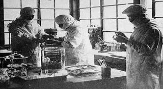 Para ilmuwan bayaran yang sedang bekerja di laboratorium rahasia
