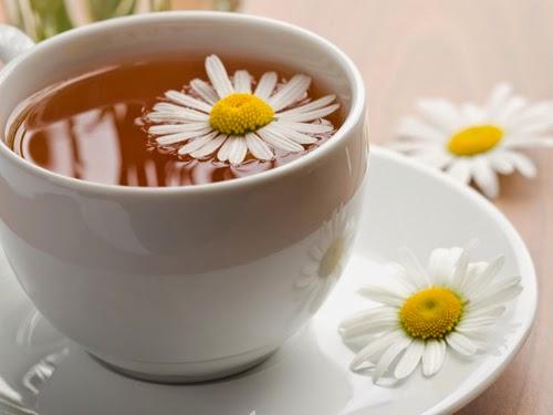 Đắp mặt nạ tự nhiên trà hoa cúc, trà xanh hoặc trà đen