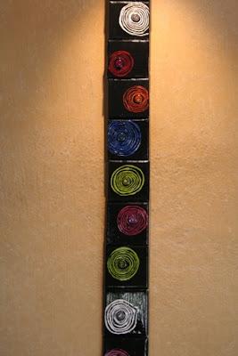 alignement vertical de toiles peintes de petit format