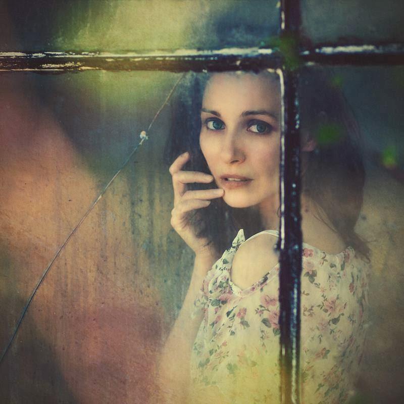 Imagen decorativa de mujer mirando por una ventana