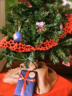 Regalo de navidad bajo el arbol