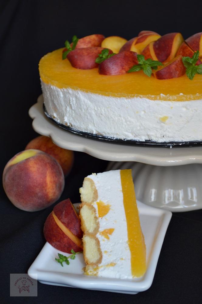 Tort cu piscoturi, crema de iaurt si piersici