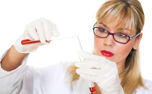 cientifica experimentando con el maquillaje mas atractivo