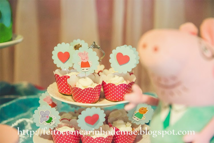 cupcakes e toppers da turminha da Peppa e corações