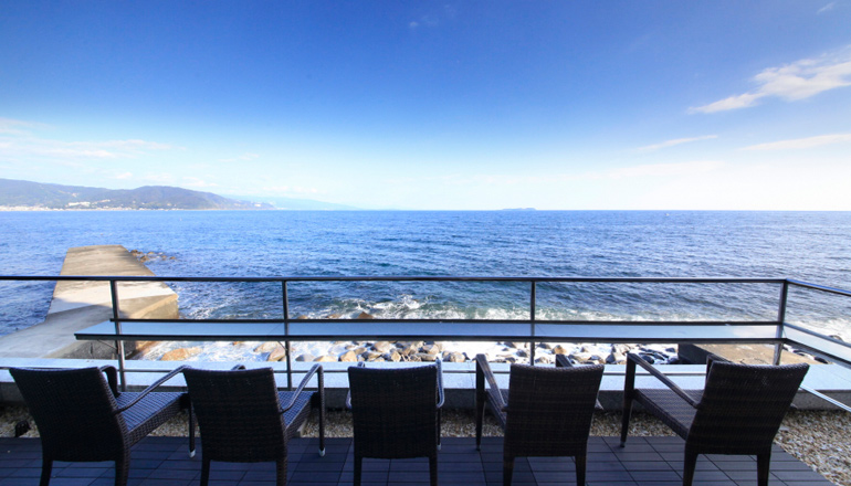 2階レストランに併設のテラス静海は、海真上のような絶好のロケーション。