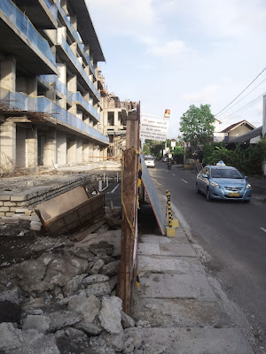 Harris Condotel Seminyak - Jl. Drupadi No. 99 Seminyak - illegal setback from Jl Drupadi - taxi