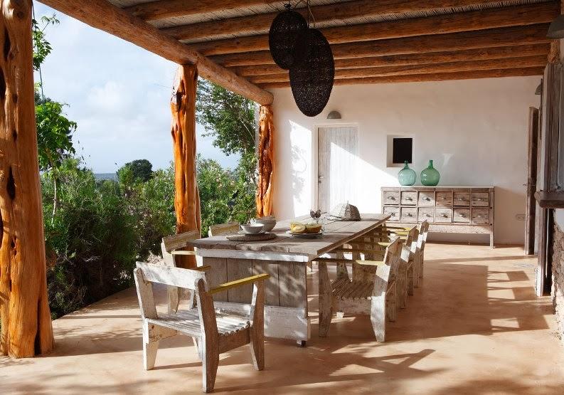 comedor+de+verano+con+muebles+de+madera+natural