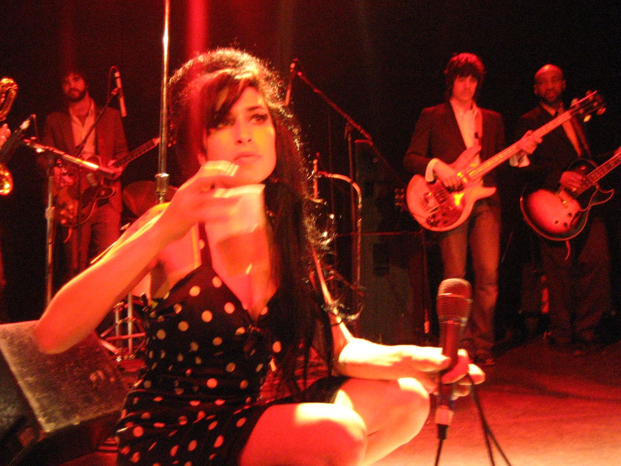 http://4.bp.blogspot.com/-92od54Db8Zo/TistFEkQITI/AAAAAAAABZE/mkRMLz_UBzM/s1600/Amy_Winehouse_.jpg