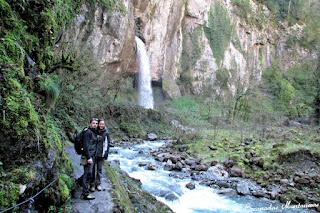 Vistas a la cascada de Kakouetta junto al río.