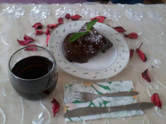 çikolata soslu kek sunumu