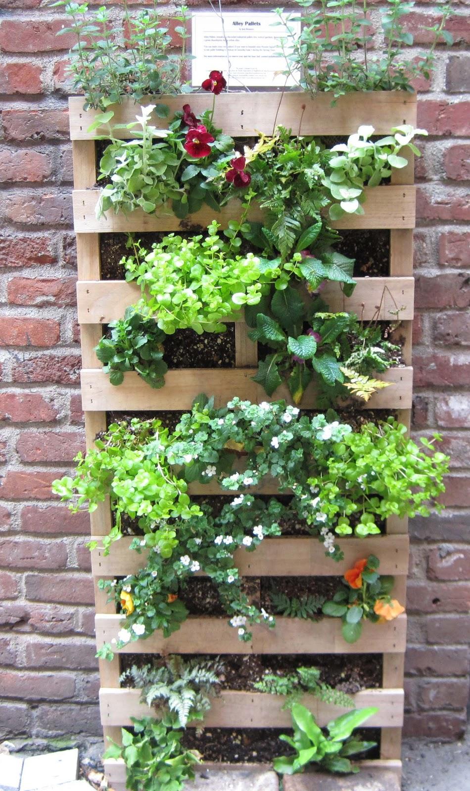 garden and bliss: repurposing wood pallets