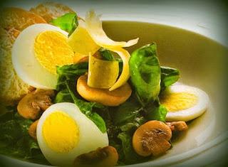 Ensalada de espinaca, parmesano y huevo