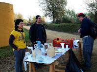 Els amics del segon avituallament a la plana de la vall de Sant Tous