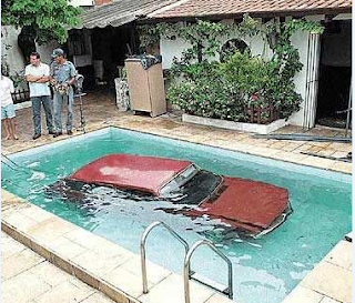 Funny pictures: Car in pool