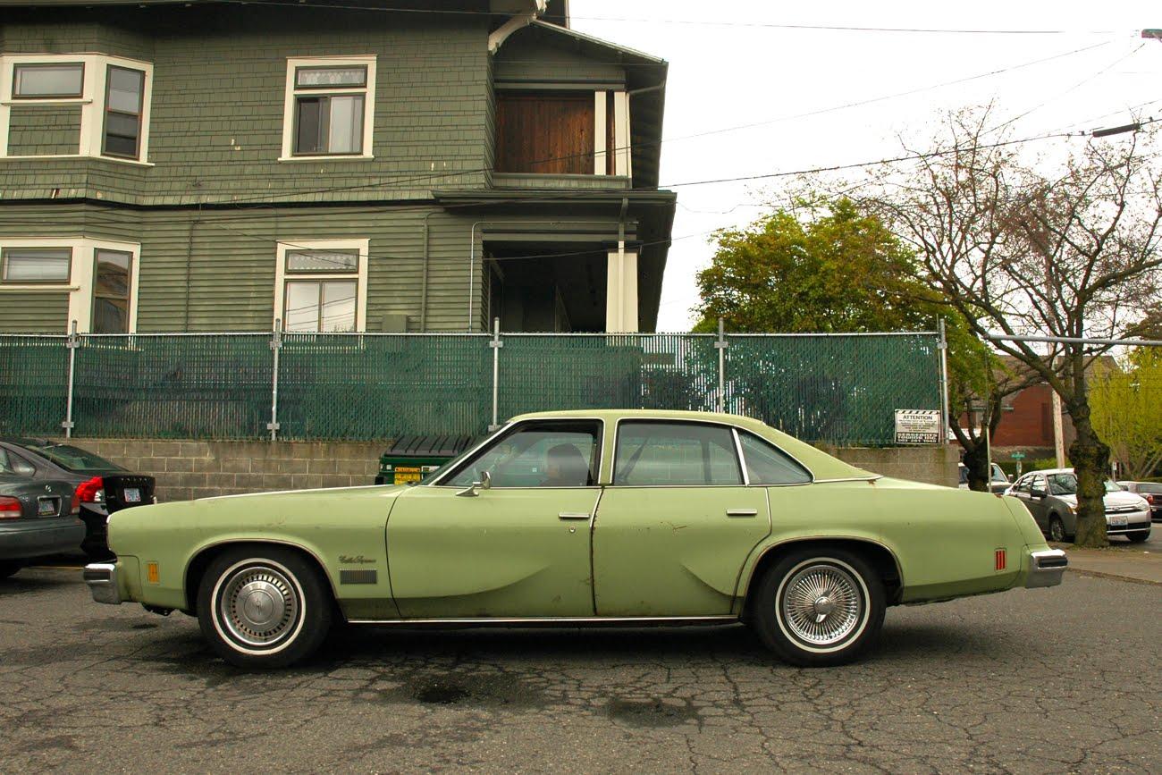 Old parked cars 1975 oldsmobile cutlass supreme for 75 cutlass salon