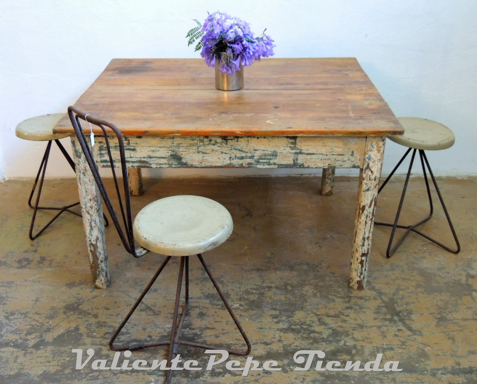 Mesa ratona de campo antigua de pinotea decapada - Mesa de campo ...