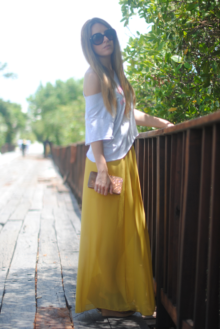 Cropped top and maxi skirt outfit at fashion blog Mes Voyages à Paris (Cancun, Mexico)