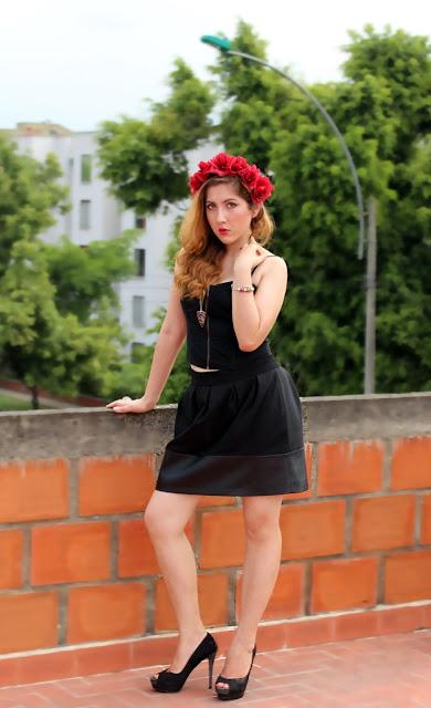 fashionblogger colombia, fashionblogger cali, red flowercrown, corona de flores, corona de rosas, rosas rojas, tocado de flores, todaco de rosas, tocado rojo, bloggers sharing style, share in style, reto de la semana, color rojo