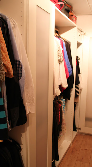 Begehbarer Kleiderschrank mit Blick auf Oberteile