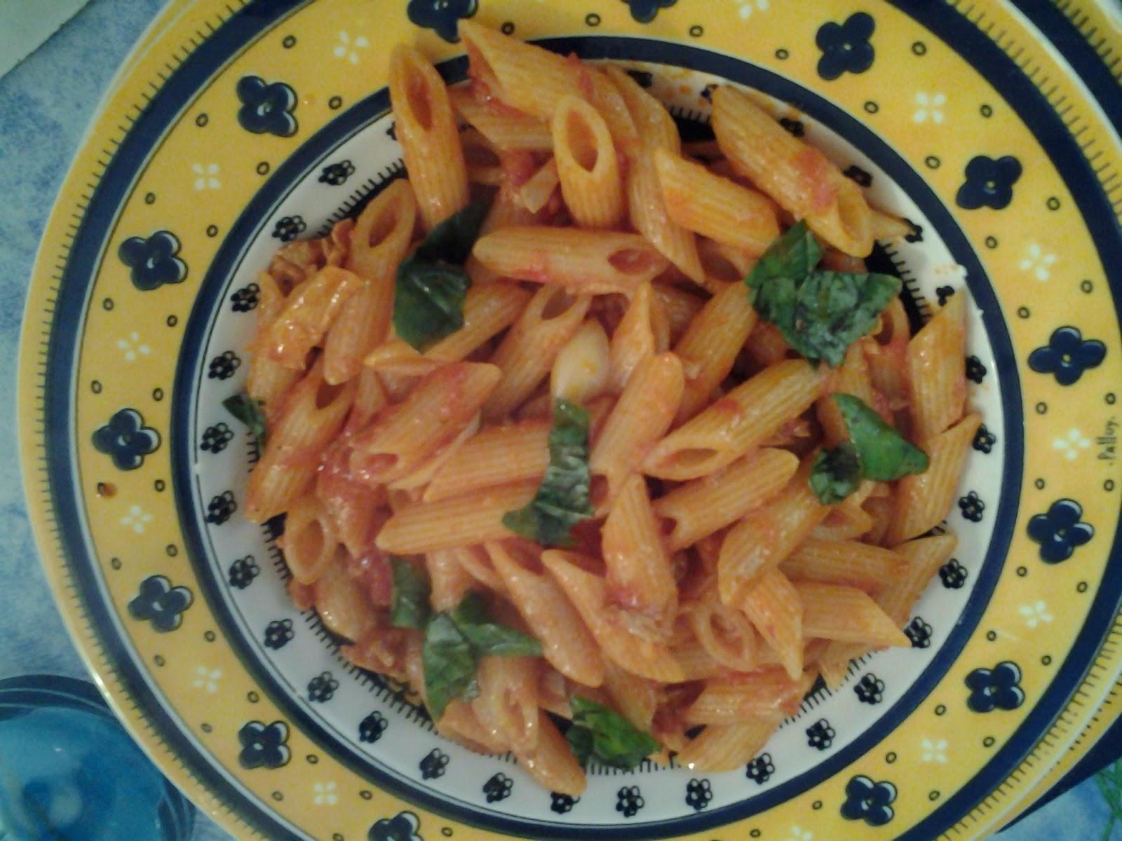 350 400 gr di pasta corta un vasetto di tonno sott olio pomarola fresca se l avete o passata di pomodoro olio pepe sale aglio 1 spicchio grosso o 2 piccoli