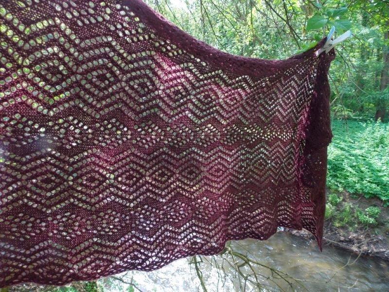 TE KOOP : aubergine shawl.