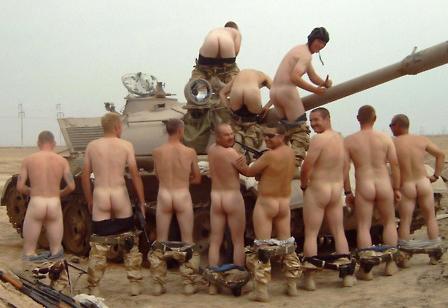 Soldados militares desnudos