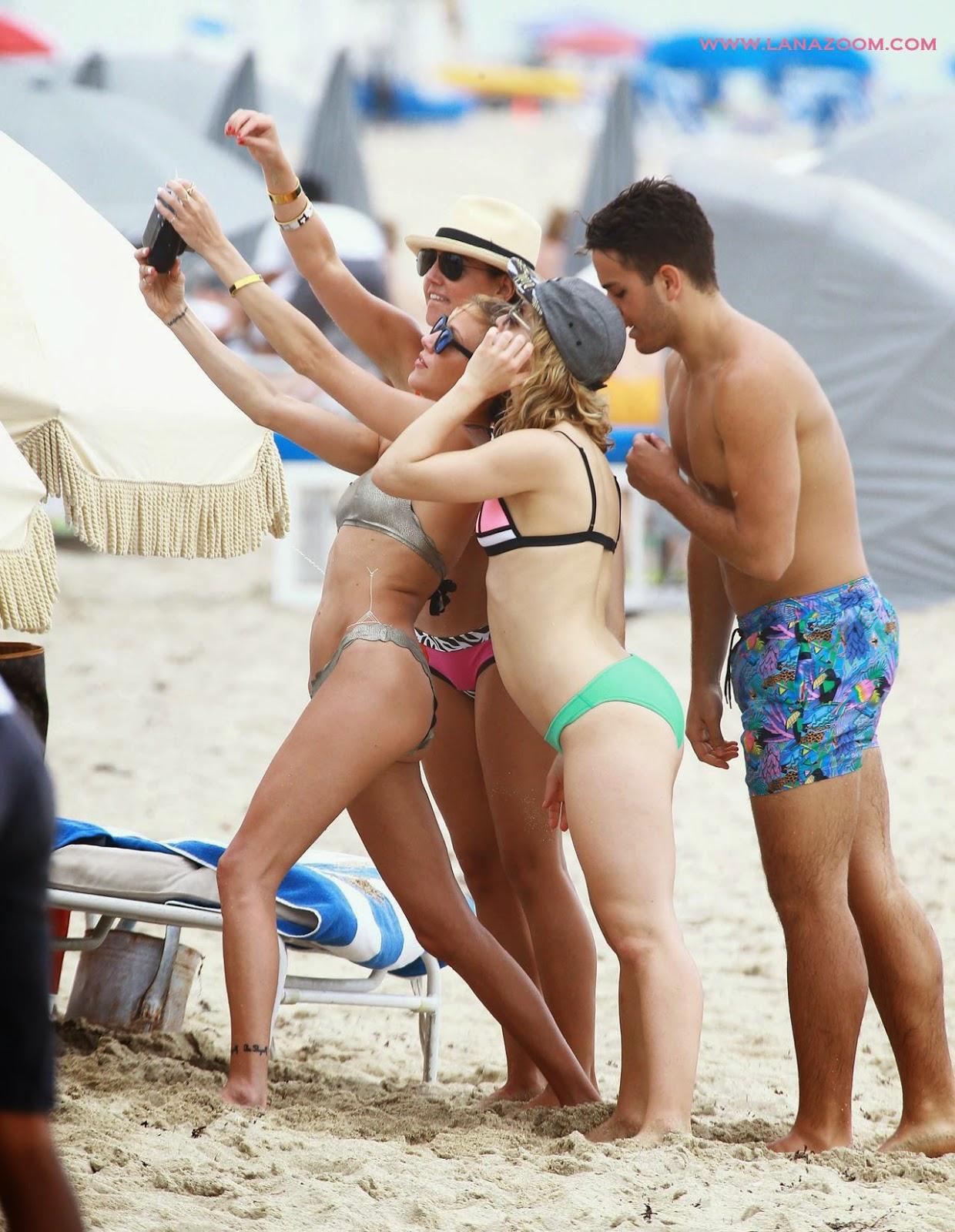 صور كاتي كاسيدي وإميلي بت ريكاردز على شاطىء ميامي