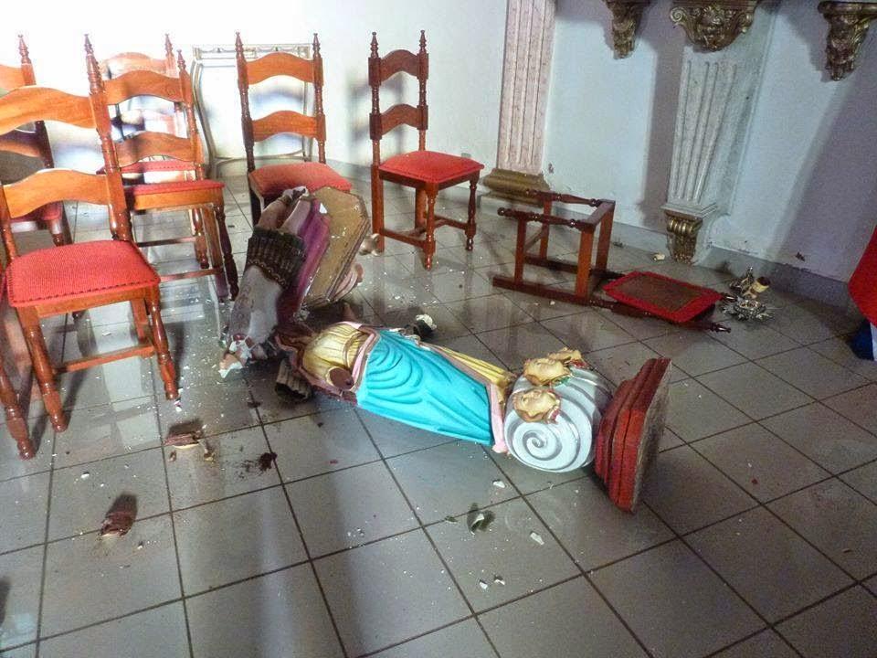 Imagens destruídas na igreja da Matriz em  Sacramento - foto de Carlos Rodrigues