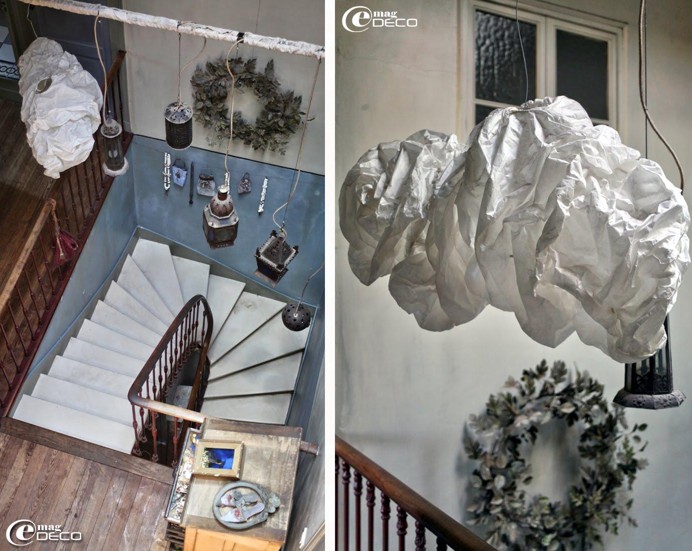 Un nuage en papier suspendu dans le vide de la cage d'escalier, chez Miss Clara