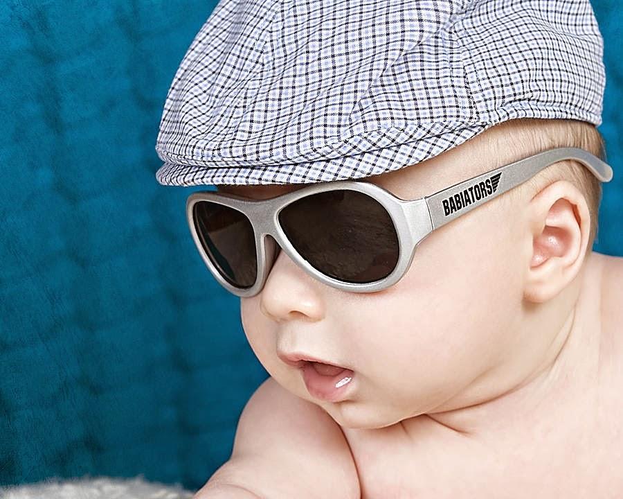 Foto bayi keren dan imut memakai kacamata