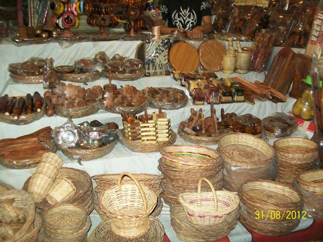 दुकानों पर बिकता हुआ विभिन्न तरह का सामान