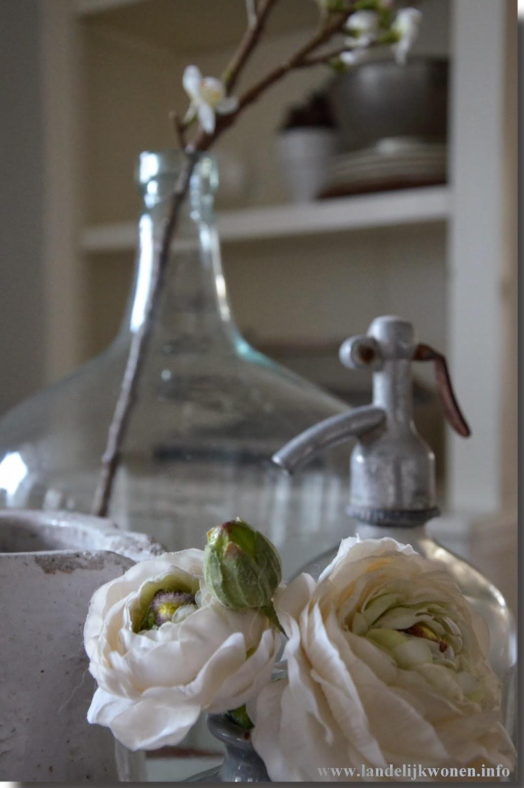 Keukentafel Landelijke Stijl : Zijden bloemen, in dit geval Ranonkel op de voorgrond en bloesem op de