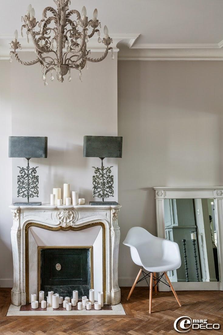Lustre et lampes 'Blanc d'Ivoire', fauteuil de Charles & Ray Eames, miroir 'AM.PM.'