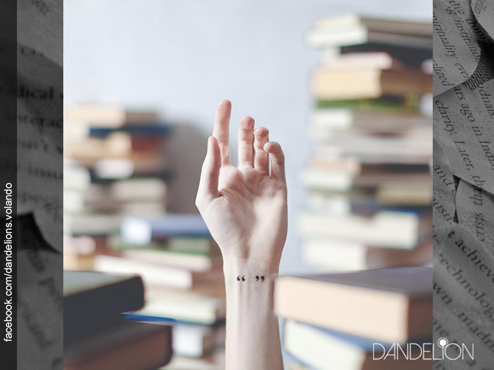 Mini tatuajes en las muñecas - Comillas