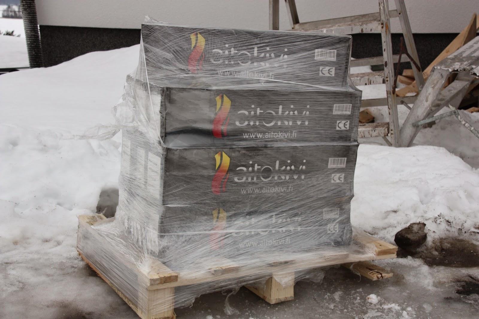 Saunan palosuoja Aitokivi Black Quartzite -verhoilukivi saapui tontille.