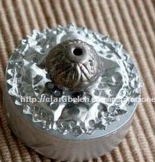 http://clarabelen.com/inspiraciones/2891/como-hacer-cajas-con-capsulas-de-velas-recicladas-modelo-4/