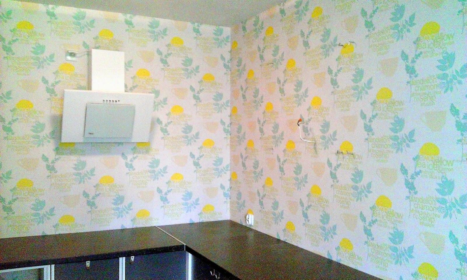 montaż tapety z klejem do kuchni