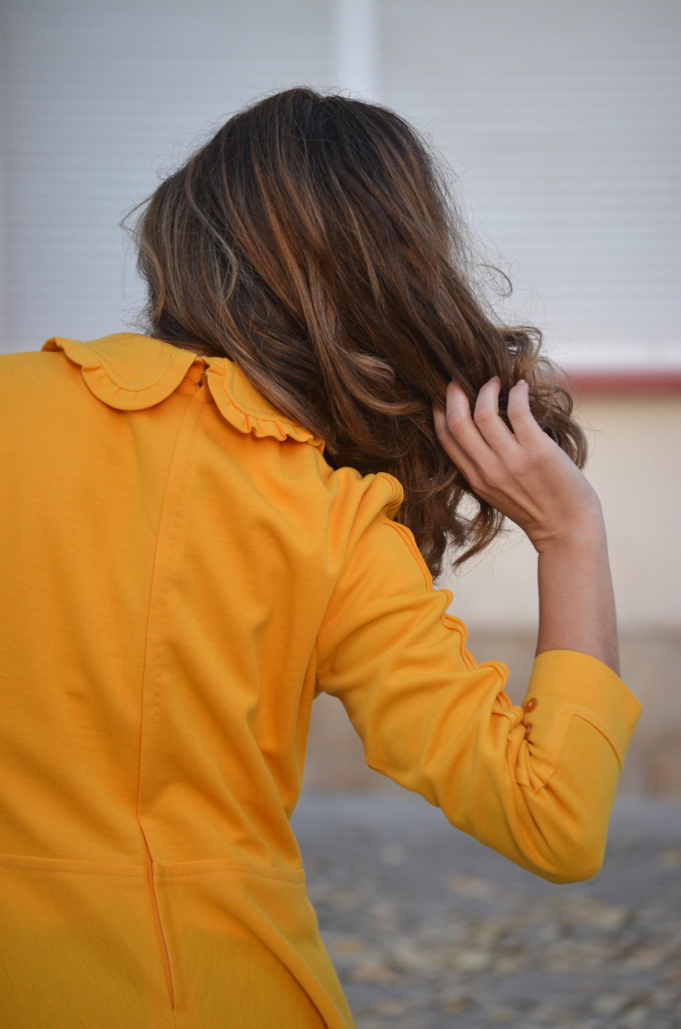 vestido amarillo cuello babero