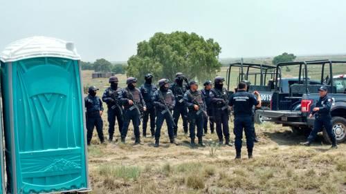 Policías toman control de terrenos de Atenco; colocan mallas y postes en 150 hectáreas