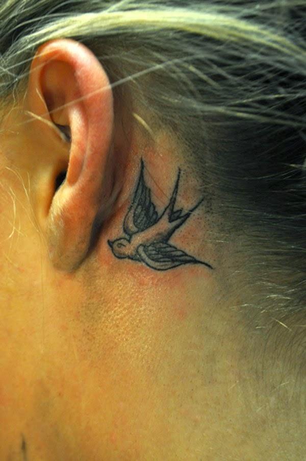 chica nos enseña su tatuaje detras de la oreja
